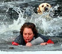 Спасая свою собаку, женщина провалилась под лед