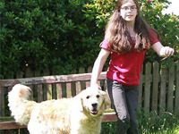 """Собака """"научила"""" ходить парализованную девочку"""