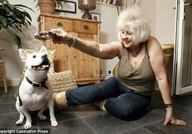 В Англии женщина обучила свою собаку языку жестов