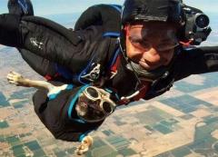 Собака любит прыгать с парашютом вместе с хозяином