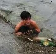 В Одессе парень во время потопа спас щенка