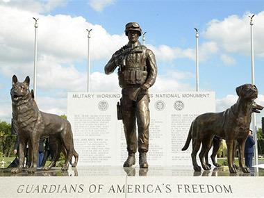 В США открыли памятник военным собакам